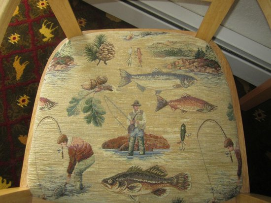BEST WESTERN King Salmon Motel: Cute interior and fabrics in the room - Fishing Chairs and Hunting Rug