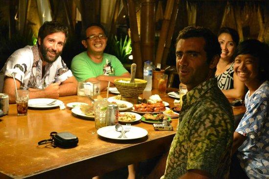 Surfer Cave Accommodation: Comiendo con nuestra flia balinesa