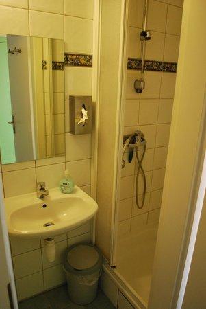 Huize Rafael: Triple room: En suite bathroom