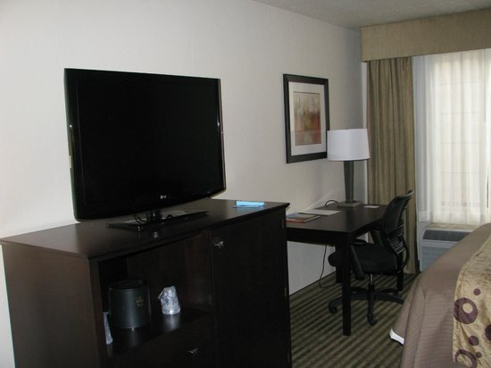 BEST WESTERN PLUS Tucson Int'l Airport Hotel & Suites : TV and work table