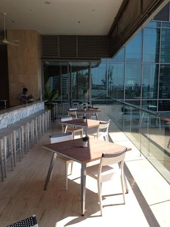 Oriental Residence Bangkok: the outdoor bar beside the pool