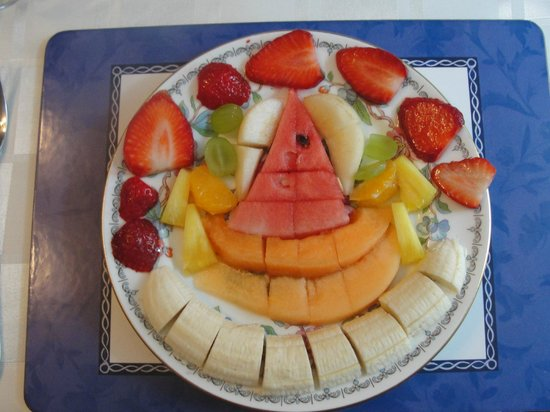 Morawel B & B: Breakfast fruit platter