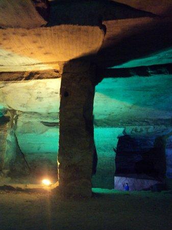 Huashan Mysterious Grottoes: the huge pillar
