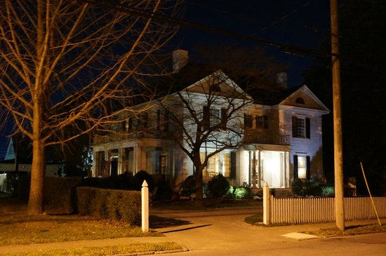 Foreman House Bed & Breakfast: Foreman House at night