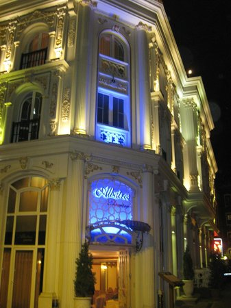 Albatros Premier Hotel: Superb floodlighting to highlight the beauty of the hotel building