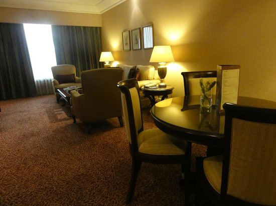 Crowne Plaza Hotel Jakarta: Dining and Living Room on the Club Suite
