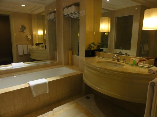 Crowne Plaza Hotel Jakarta: The bathroom