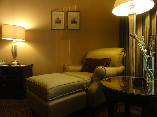 Crowne Plaza Hotel Jakarta: Lazy chair on the bedroom