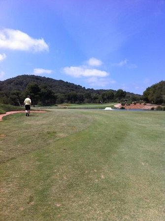 Las Lomas Village: approach to the 1st on the West course