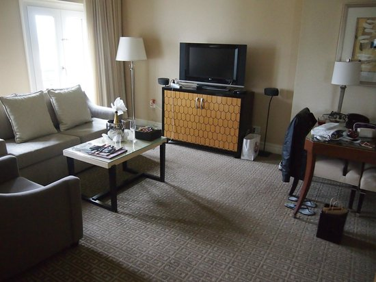 Sofitel Los Angeles at Beverly Hills: Opera Suite lounge area