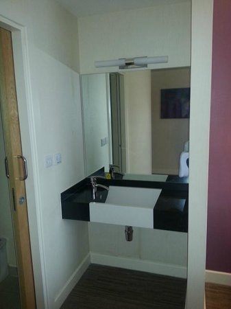 Premier Inn Manchester Airport (M56/J6) Runger Lane South: Wash basin outside of bathroom door