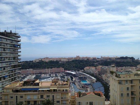 """Novotel Monte Carlo : Vue sur le port avec la """"piscine"""" au fond"""