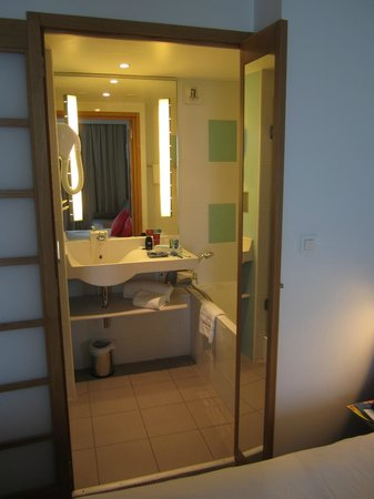 Novotel Monte Carlo: Baignoire à droite et grande douche à gauche