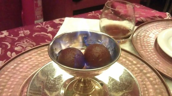 Haveli Indian Restaurant: Piccoli babà con zucchero e rum