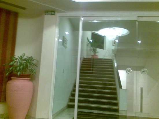Atrium Hotel: Stairs leading to the rooms