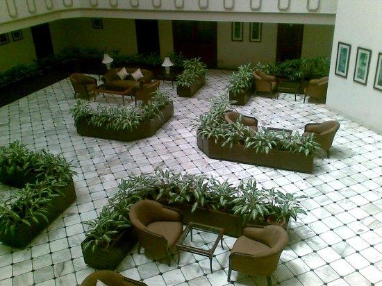 Atrium Hotel: Lobby