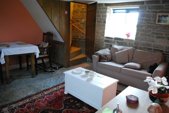 Havyatt Cottage B&B: living room and steps up to the bedroom