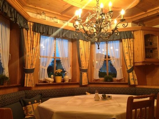 Hotel-Pension Bloberger Hof: dining room at night