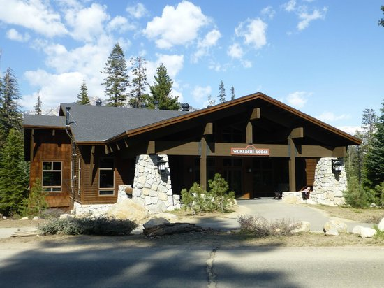 Wuksachi Lodge: Outside view of the main building 2