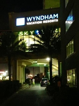 Emerald Beach Resort: Wyndham at Night