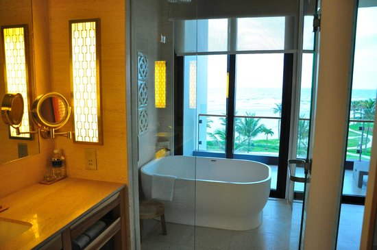 Hyatt Regency Danang Resort & Spa: bathroom view