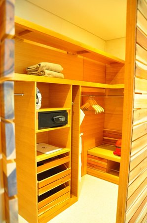 Hyatt Regency Danang Resort & Spa: wall in wardrobe