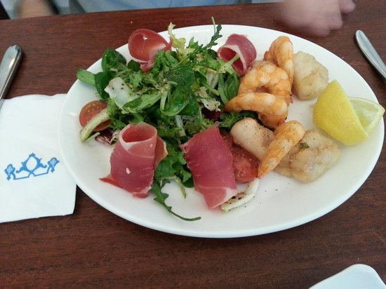 Restaurante La Fuente: Ensalada de pescadito frito con jamon serrano