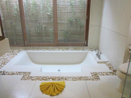 Tango Luxe Beach Villa: huge bathtub!