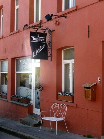 La Maison de Jasmine: The B&B owners run a nextdoor restaurant as well. Great steaks, splendid views, nice terrace!