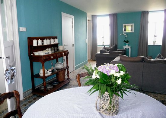 La Maison de Jasmine: The downstairs living room with comfy sofas is entirely available to guests