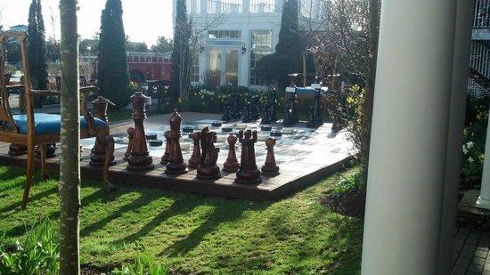 Winnetu Oceanside Resort: Giant chess set