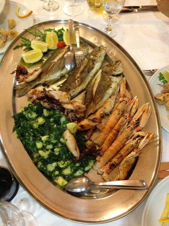 Camping Orsera: Grigliata mista del ristorante interno Vala, ottimo pesce ed economico