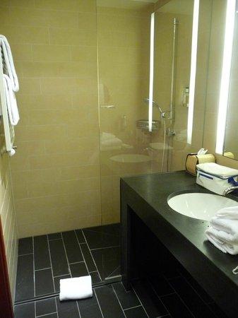 Ameron Hotel Regent : Bad mit Blick zur Dusche