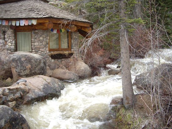 Strawberry Park Natural Hot Springs: cabin by the river