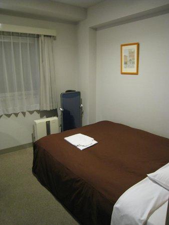 Petit Hotel Kochi : ベッドは広く、空気清浄機とズボンプレッサーも各部屋に完備