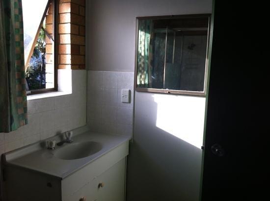 Melaluka Budget Accommodation: salle de bain la porte fermée pas a cle