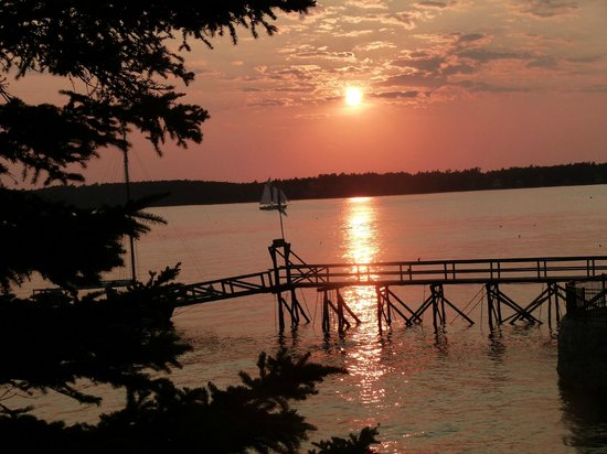 Spruce Point Inn Resort and Spa : A Spruce Point sunset