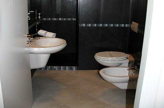 Ampio bagno con doccia foto di residence moderno milano - Bagno dario milano marittima ...