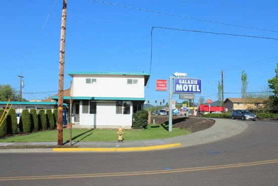 Galaxie Motel: located on the highway to the coast but still quiet