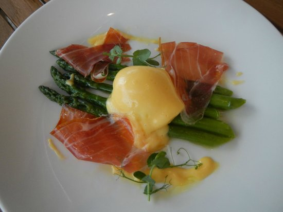 Brasserie Warszawska : Poached Egg in Hollandaise with Spring Asparagus