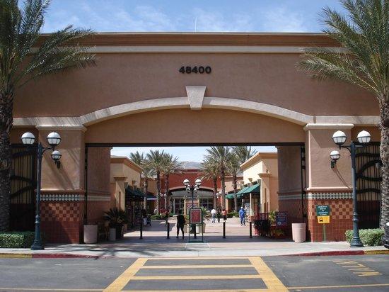 Desert Hills Premium Outlets: Each Wing has enterrance