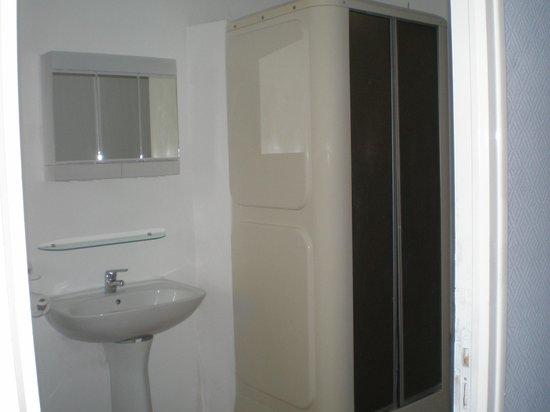 Hotel de Paris : une des salle de bain de la chambre familiale