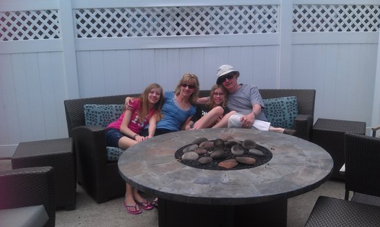 Residence Inn Youngstown Boardman/Poland: Family by the firepit