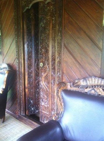 Manah Liang Bungalow: Geschnitzte Balkontüre mit Sessel