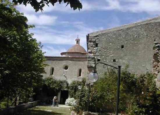 Vico del Gargano, Italia: L'esterno dell'abazia