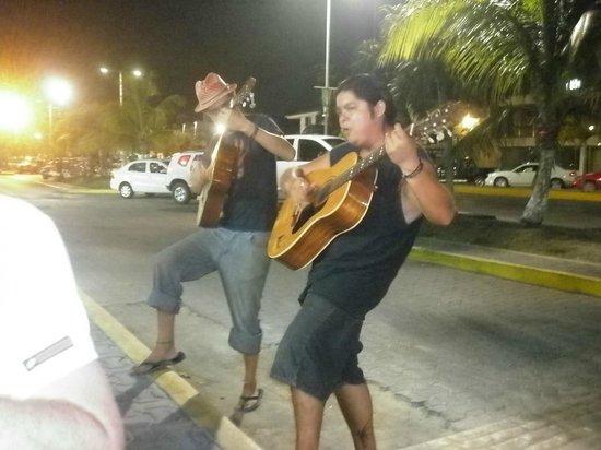 Tulum Trattoria Romana: cantautori fuori il locale