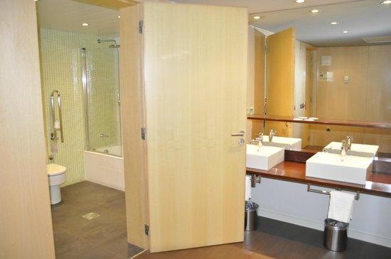 Onix Liceo Hotel: Stort badrum