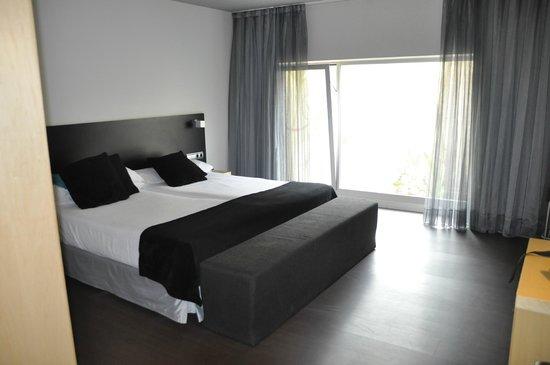 Onix Liceo Hotel: Stort, ljust rum