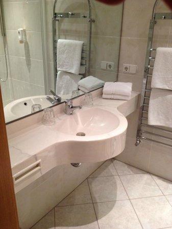 Hotel Sautter : le lavabo et son grand miroirs