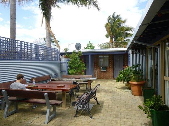 Coolibah Lodge Backpackers: Courtyard